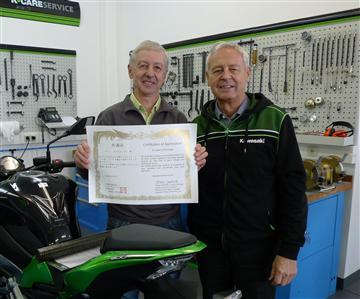 Ehrung fürmehr als 45 Jahreals Kawasaki Mechaniker